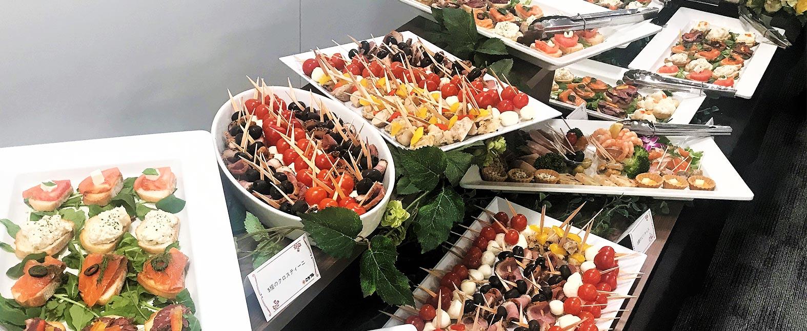 社内イベント後の懇親会! 美味しいお料理とお酒で親睦を深めよう!